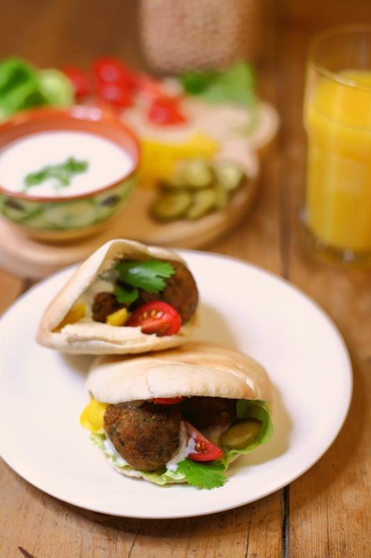 Pita falafel met hummus en rauwkost