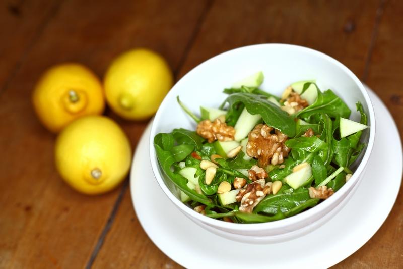 Rucolasalade met walnoten, appel en pijnboompitten