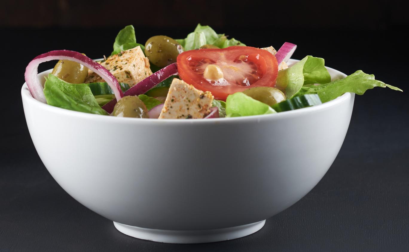 Griekse salade met tofu-feta
